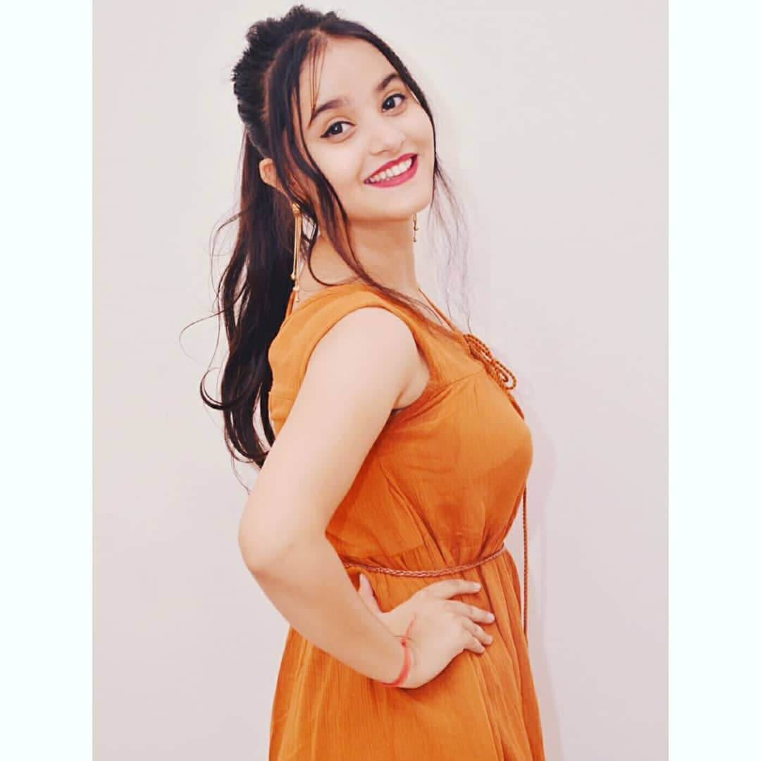 actress riya shukla real height