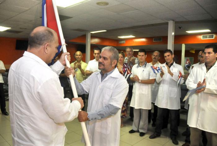 El ministro de salud Roberto Morales Ojeda abanderó al pequeño contingente que partió hacia Chile.