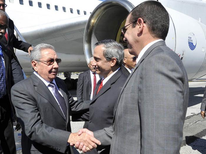 Raúl fue recibido por el embajador, José Ramón Cabañas Rodríguez, y el representante permanente de Cuba ante Naciones Unidas, Rodolfo Reyes Rodríguez.