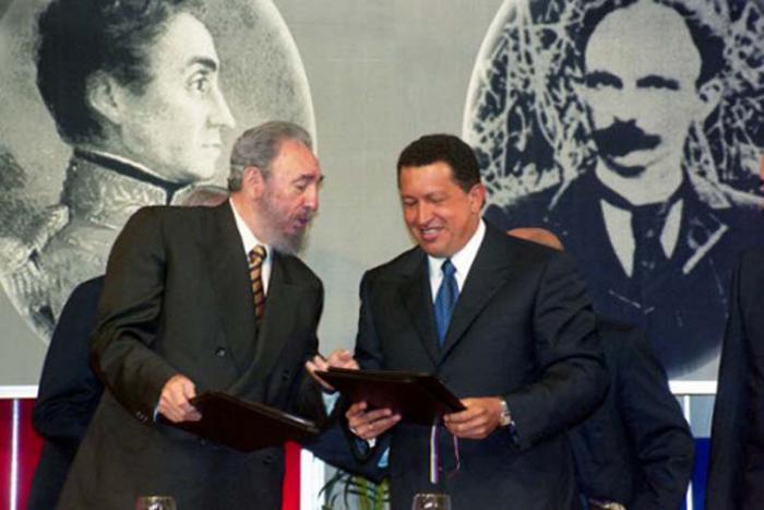 Fidel y Chávez firmaron un acuerdo de cooperación integral, en el Salón Ayacucho del Palacio de Miraflores, el 30 de octubre del 2000.