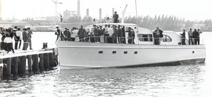 Fidel entrando en la Bahía de La Habana con el yate Granma, junto a Raúl y otros expedicionarios en 1974, durante su última travesía, antes de ser preparado para exponerlo permanentemente en el Museo de la Revolución. Foto: Archivo