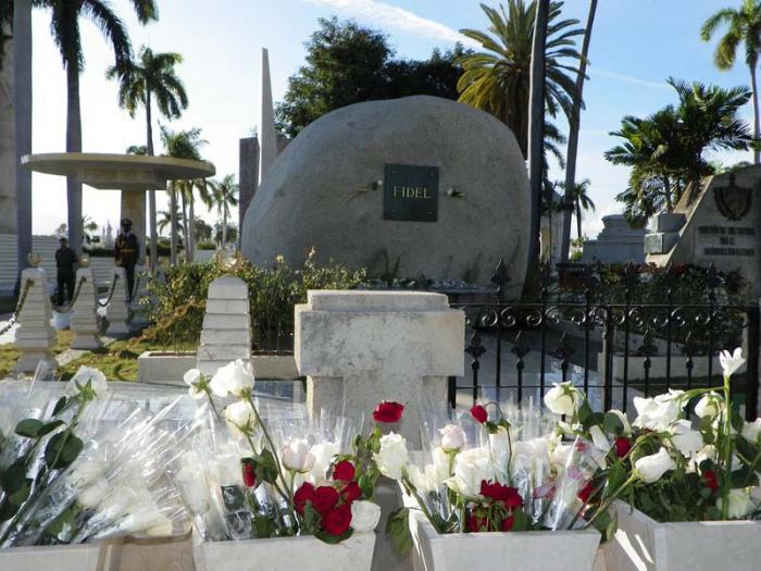 Flores colocadas por el pueblo en la tumba de Fidel