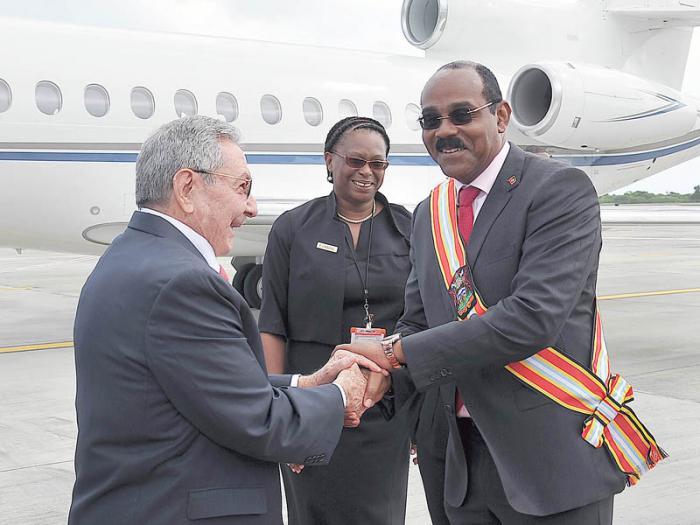 A su llegada al aeropuerto, Raúl fue recibido por el Primer Ministro de Antigua y Barbuda, Gaston Browne; en la foto también aparece la directora de Protocolo, Karen Cabrall.