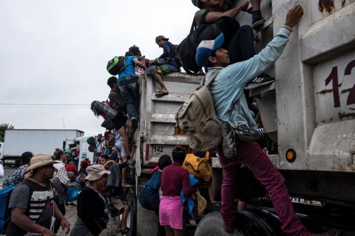 Trump advirtió que si los migrantes lanzan piedras a los soldados fronterizos, estos consideren la acción como si fuera con el uso de rifles. Foto: AFP