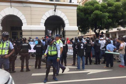 Extrabajadores afectados por la medida protestaron frente a la gobernación de Guayas, al centro de Ecuador