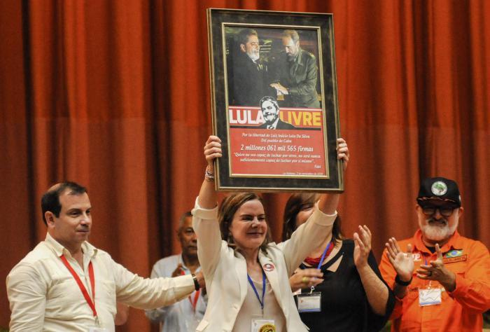 Entrega de las más de 2 millones de firmas cubanas por la liberación de Lula en el Encuentro Antimperialista de solidaridad, por la Democracia y contra el Neoliberalismo, desarrollado en el Palacio de Convenciones, Playa