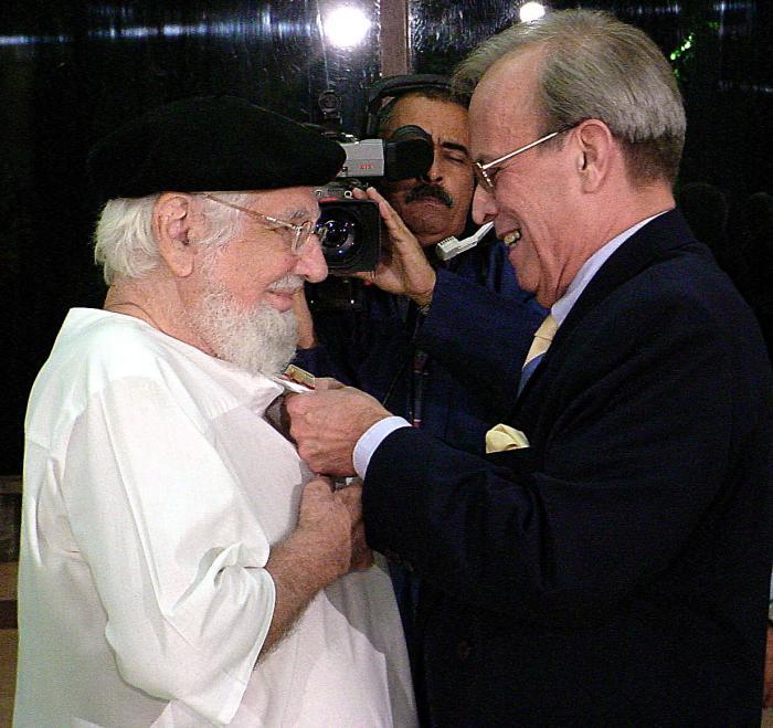 El destacado intelectual Ricardo Alarcón de Quesada coloca la Orden José Martí a Ernesto Cardenal.
