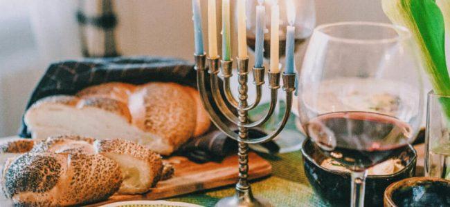 vino kosher con pane e candelabro