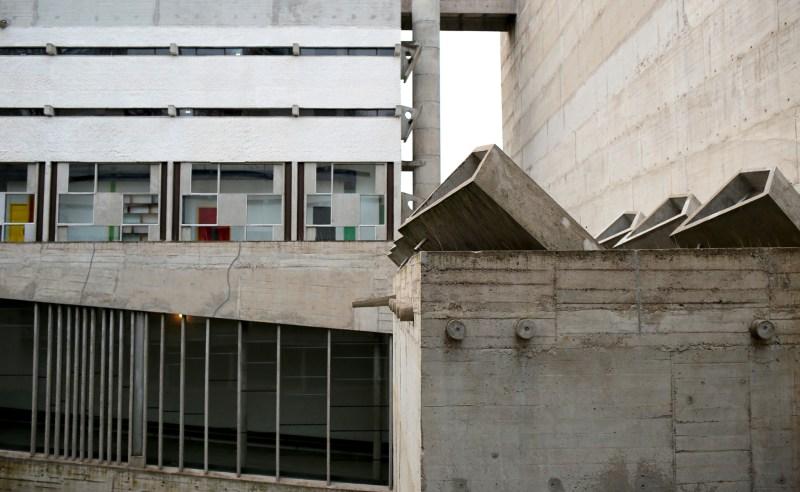 exterieur-2-cour-couvent-tourette-le-corbusier-IMG_6124