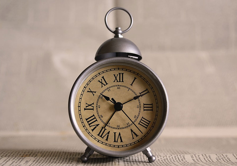 clock-alarm-clock-clock-pointers-close-up