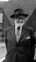 1970, Tony Smith devant sa sculpture Amaryllis (1965)
