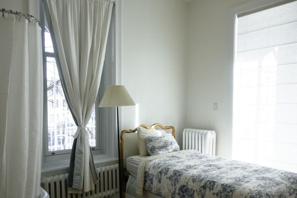 space saving bed and good curtain and lamp also pillows