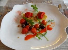 Polenta met geroosterde paprika, olijven en kerstomaatjes