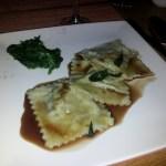 Ravioli van chantarellen en tofu, spinazie, rode wijnsaus met salie