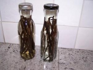 Vanillestokjes in sterke drank (1 flesje rum, 1 flesje wodka)