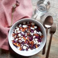 Salade de chou rouge, carottes, feta et huile de noisettes