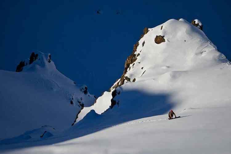Remando la escalera, Andy Barroso buscando la bajada y pensando su próxima line. Valle Nevado. — en Chile.