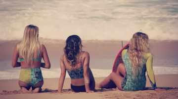 Chicas surferas se divierten en Hawaii