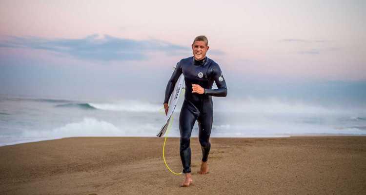 Mick Fanning surfea un bodyboarder