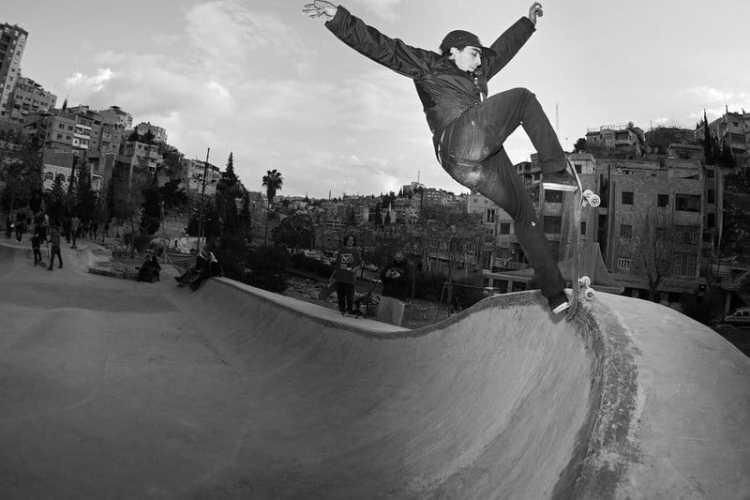 Tuvimos la suerte de poder estar en la inauguración del primer skatepark de Jordania en Ammán y todo el mundo flipó con la sesión de Milton. En esta foto ser marca un frontside blunt. © Sergio Alvarez