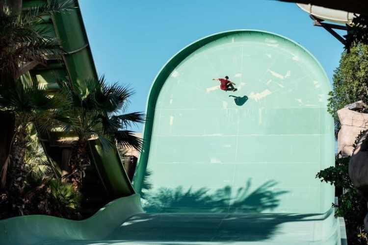 alex sorgente haciendo-un gigantesco frontside ollie en un parque acuático en-dubai