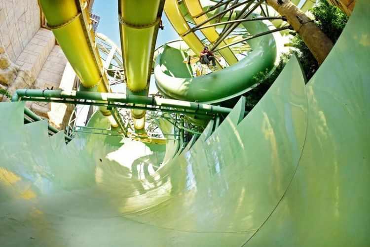 alex sorgente se deja caer en el tobogán del parque acuático de dubai