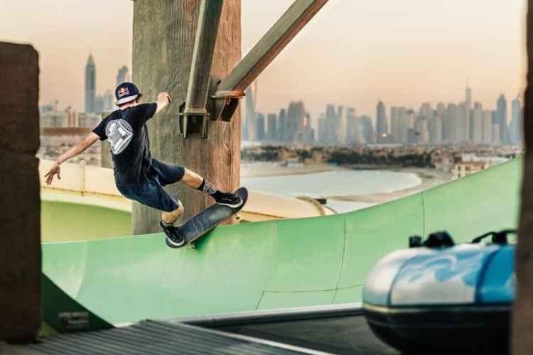 jan hoffman hace un frontside slide en un parque acuático en dubai