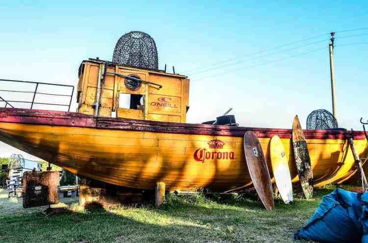 El barco que da la bienvenida al festival