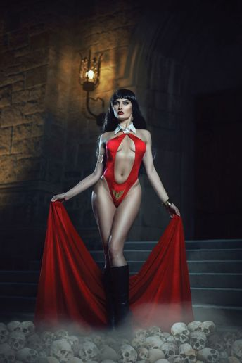 Dynamite Entertainment's Vampirella Vol. 5 Issue #2 Cover E (Cosplay, Virgin)