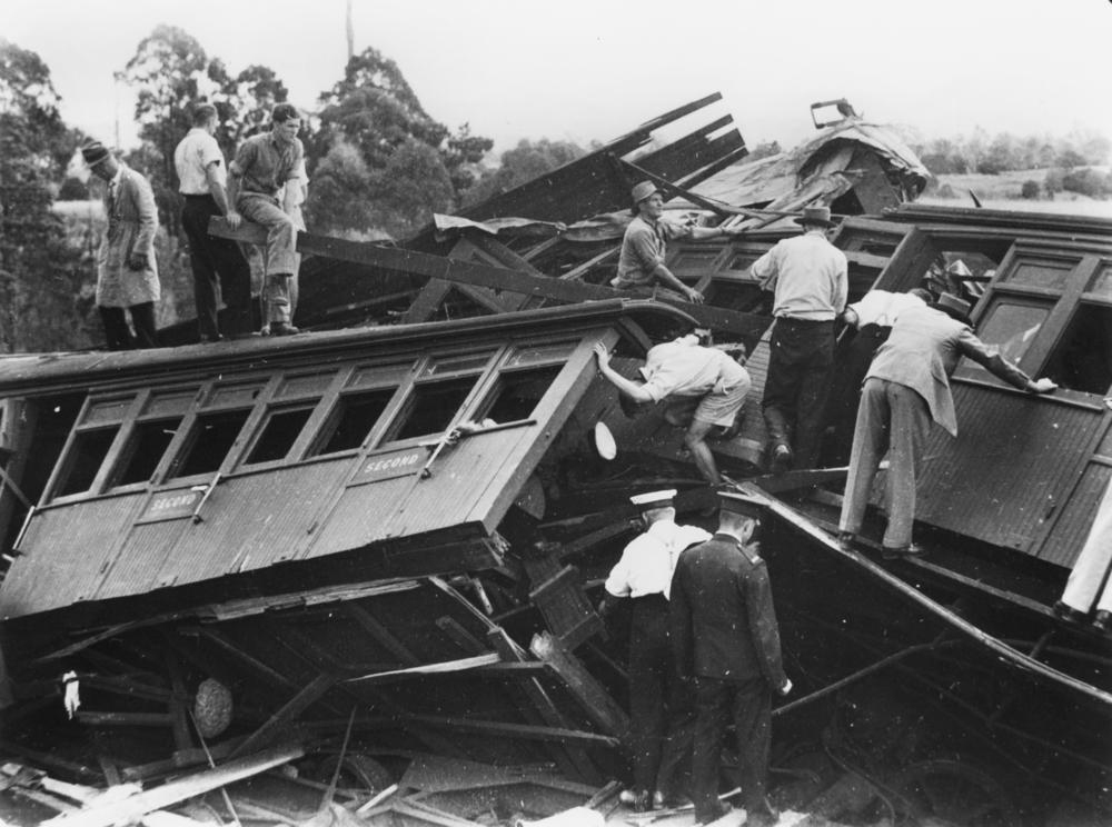 Rescuers inspect the wreckage_SLQ