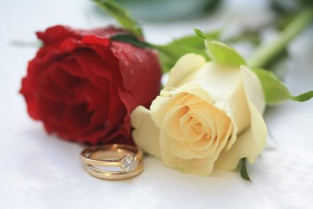 Wedding rings with red and white roses - DepositPhotos.com