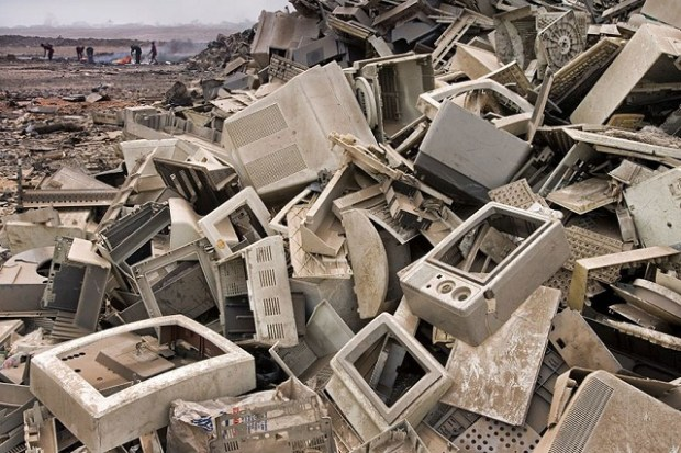 """Groapa de gunoi din Accra, Gana, demonstrează faptul că Occidentul importă materiile prime din țările lumii a treia și le """"exportă"""" deșeurile."""