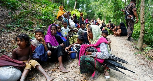 Rohingya people sits on the Bangladesh side as they are restricted by the members of Border Guards Bangladesh (BGB), to go further inside Bangladesh, in Cox's Bazar, Bangladesh August 28, 2017 (Reuters Photo)