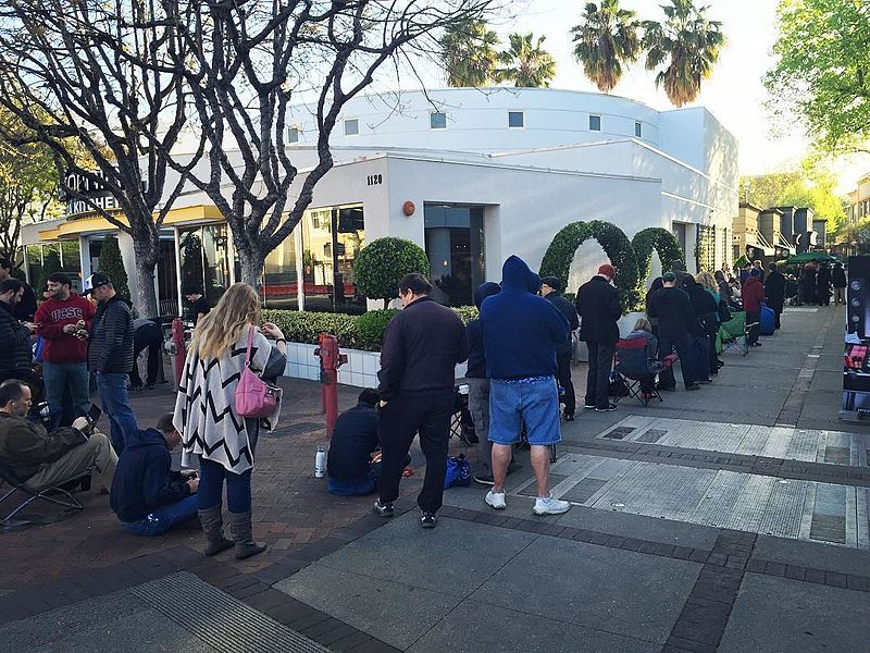 People in line to reserve a Tesla Model 3 in 2016 (Aaron Muszalski, Wikimedia Commons)