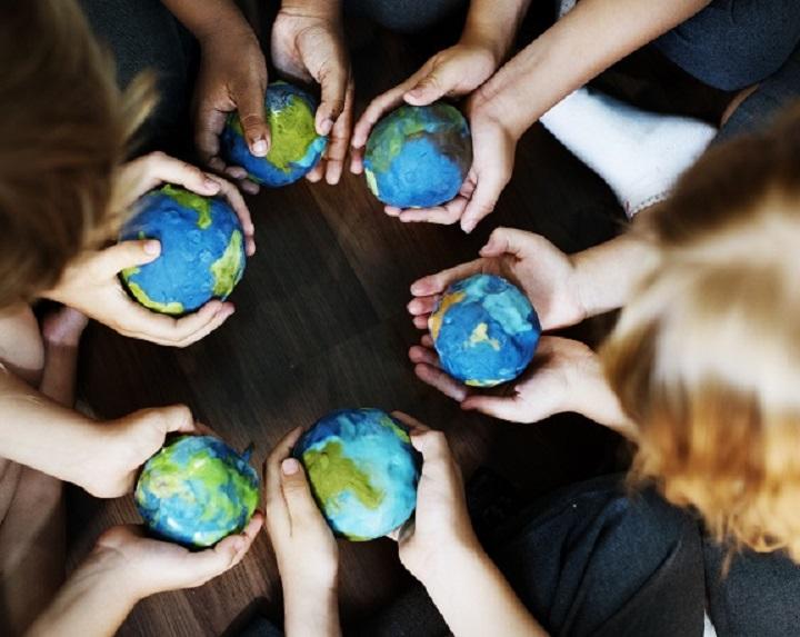 Symbolbild Die Zukunft der Erde in Kinderhand © Bildagentur PantherMedia Rawpixel