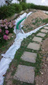 """Quinto step: copertura del tubo con la ghiaia e il """"tessuto non tessuto"""""""