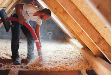 Zukunftsfähig: Holzfaserdämmung ist auch im Einblasverfahren möglich, beispielsweise bei der Sanierung der obersten Geschossdecke.
