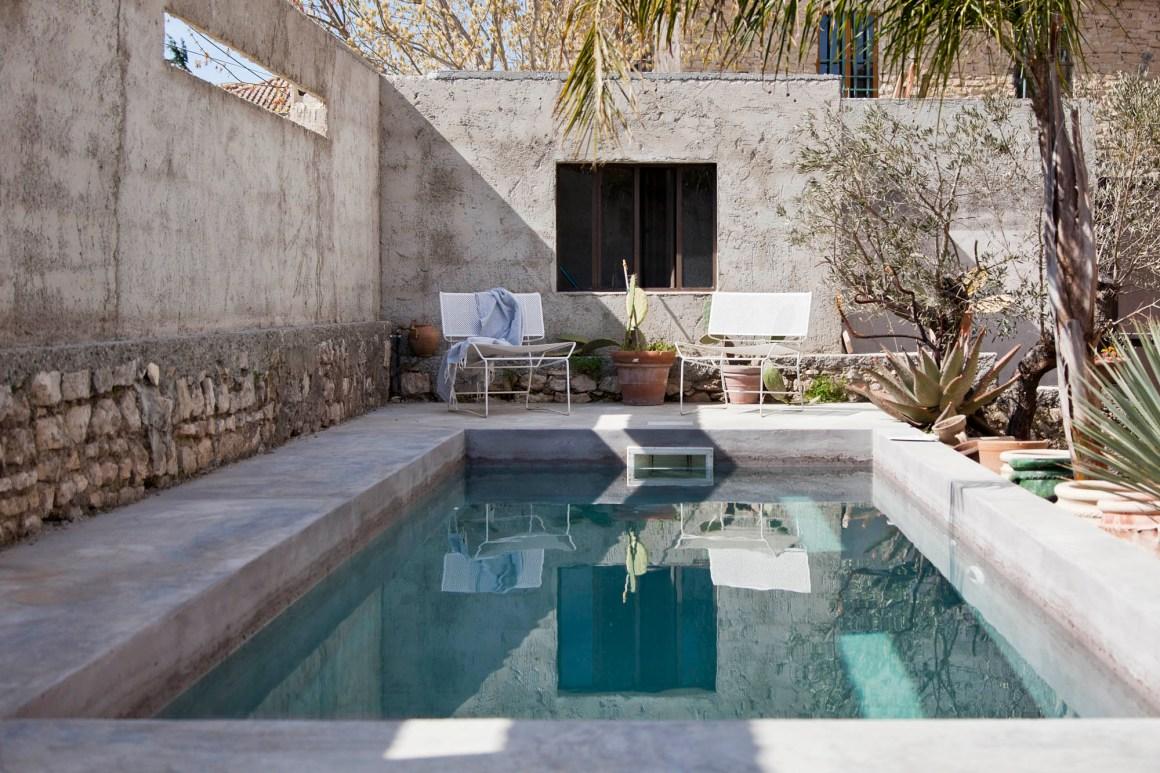 Comme toute vraie maison de vacances, la Casa Pernoise s'offre un bassin de nage !