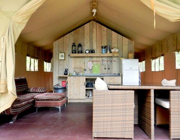 Intérieur d'une tente Safari, domaine Les Quatre Toits, dans le Tarn-et-Garonne. © Les Quatre Toits