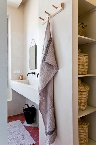 Dans la salle de bains, les lignes épurées fluidifient l'architecture.