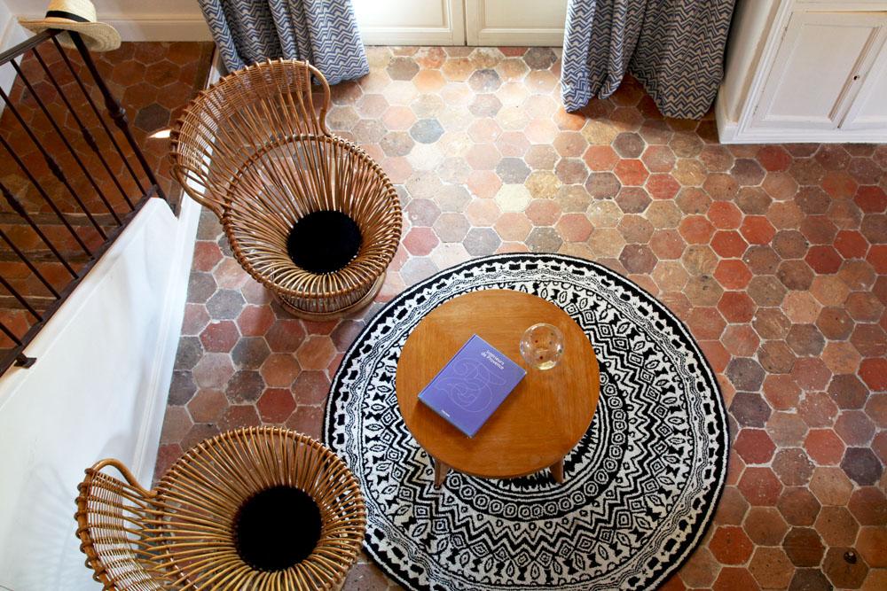 """Salon de la suite """"la Magnanerie"""" de l'hôtel Le Hameau des Baux, Alpilles, Provence."""
