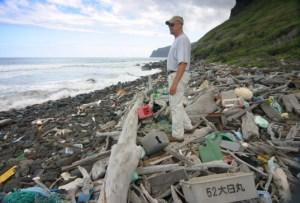 Trash-on-Nihau-Beach-537x365