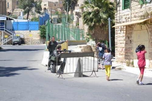 Israeli border police rehearsing at Hebron checkpoint (David Kattenburg)