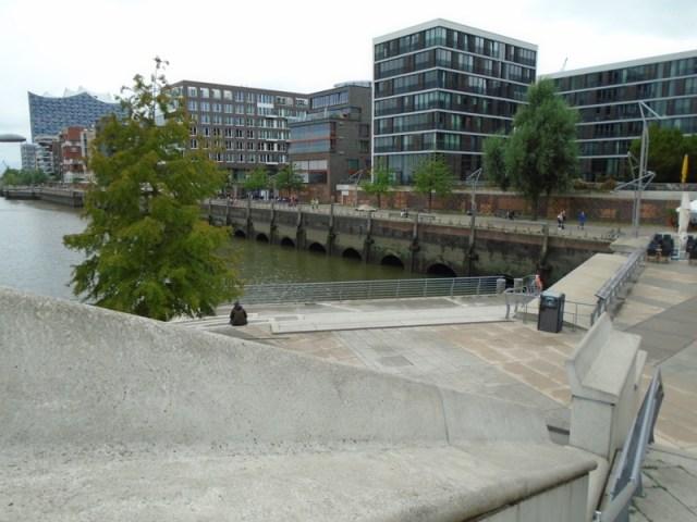 Eine Pause an den Magellan-Terrassen: Viel Beton und versiegelte Fläche. Gilt die Neubauwelt der Hamburg HafenCity als nachhaltig genug?