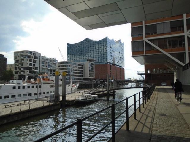 Düsternis und Sonnenstrahl - genau das richtige Wetter um zu hinterfragen, wie nachhaltig die Hamburg HafenCity ist.
