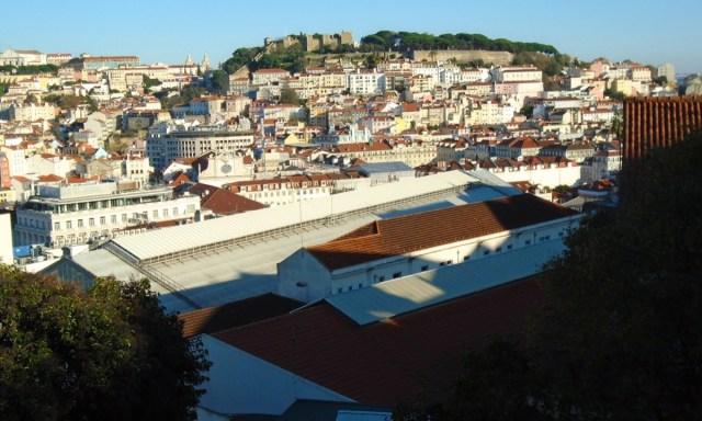 Der Miradouro de São Pedro de Alcântara im Bairro Alto in Lissabon.
