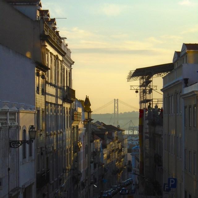 Neugier bestraft sich selbst: Viele der Fakten zu kennen macht nicht unbedingt glücklich(er) (Foto: Lissabons Príncipe Real in der Abendsonne).