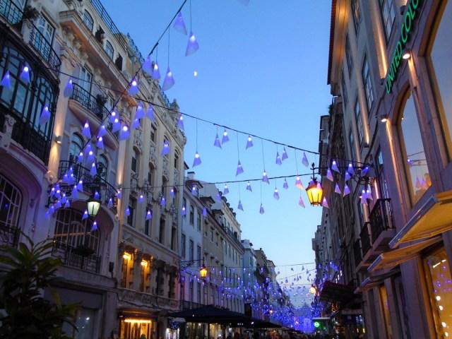 Der Anfangspunkt der festlich beleuchteten Fußgängerzone der 'Rua Augusta' in Lissabons Stadtteil Baixa.