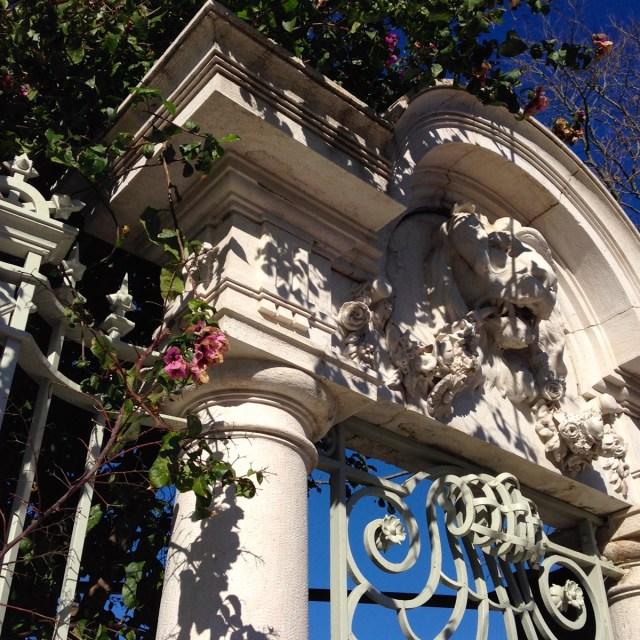 Von purpurnen Bougainvillien umrahmt: Ein Torbogen des Palacete Henrique Mendonça im Príncipe Real-Viertel in Lissabon.