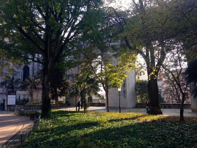 Der Jardim das Amoreiras / Jardim Marcelino Mesquita im Straßenbezirk Largo do Rato in Lissabon.
